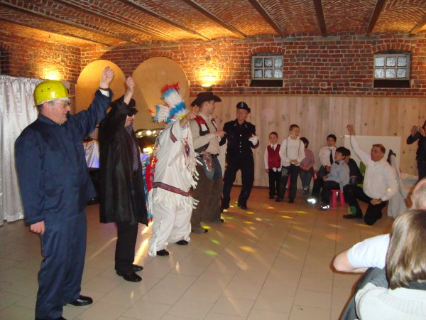 .....................36.................   STARAC YMCA ZZTOP OU UN DES 12 SPECTACLES SONO BABIS VA LANCER L'AMBIANCE  ANNEES 80,  face à la salle tout le monde regarde, mariage.