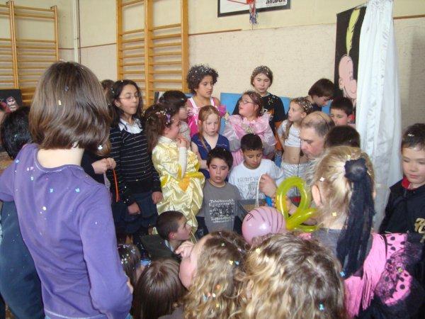 LE PETIT MONDE DES ENFANTS sculpture ballons entouré d'enfants en école