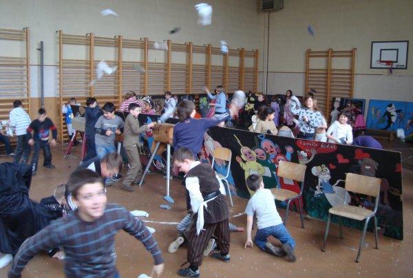 LA BATAILLE: ACTION combats chaussettes en école salle de gym