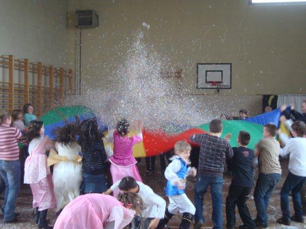 INCROYABLE FOLLIE DU NUAGE parachute avec confettis