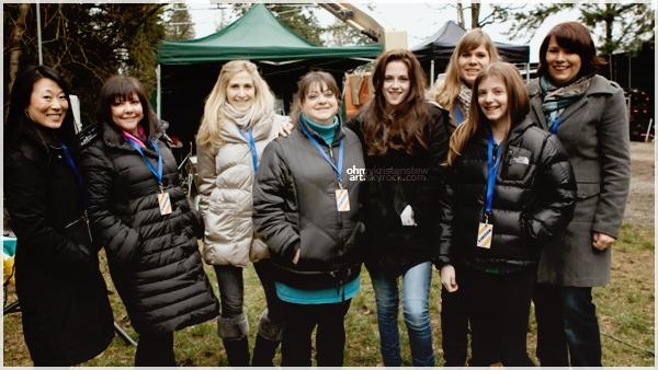 4 mars 2011, Vancouver, Canada : Grâce au magazine allemand «Bravo» des fans supermégacarrément chanceuses ont pus rencontrer les acteurs et Stephenie Meyer sur le set de Breaking Dawn. Kristen est magnifique et rayonnante sur cette photo ! On peut dire qu'elles ont de chance de rencontrer KristenStew !