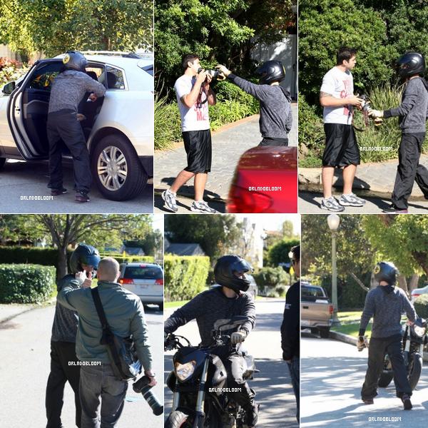 27 / 12 / 2010 ◊ Avant-hier, notre Orlando a eu une petit altercation avec un Paparazzi !  28 / 12 / 2010 ◊ Hier, notre Orlando le sportif est allé faire du vélo avec ses amis a Brentwood.