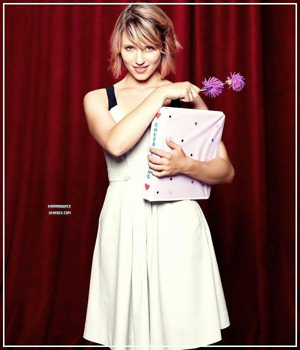 .   Découvre une nouvelle photo promotionnelle de Glee, Dianna est rayonnante. Ton avis?   .