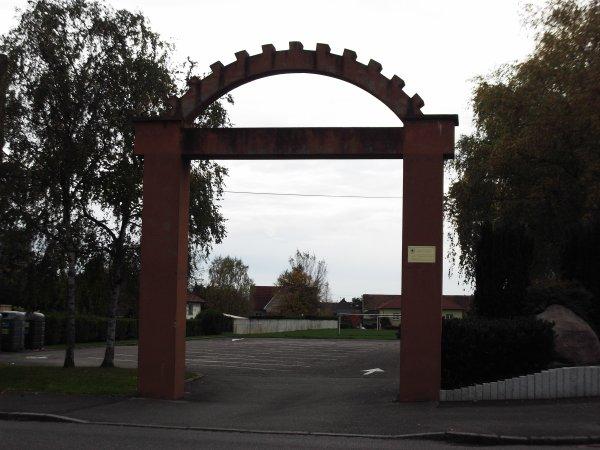 Images du Haut-Rhin : L'arche d'entrée des anciennes casernes à Fessenheim !...