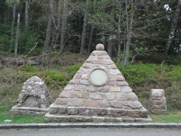 Images du Haut-Rhin : Le monument de l'ancien cimetière allemand au Collet du Linge !...