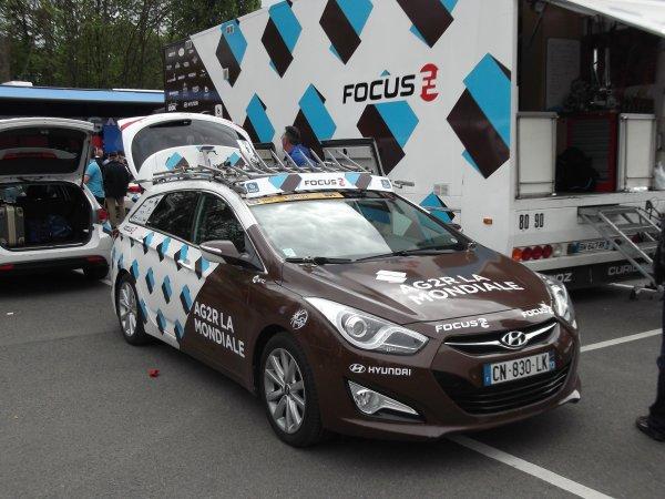 L'équipe cycliste AG2R La Mondiale sur le parking de l'arrivée du 100 ème Liège - Bastogne - Liège !...