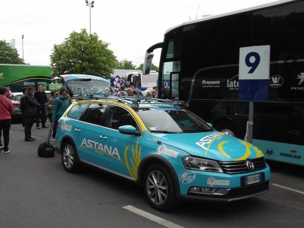 L'équipe cycliste Astana sur le parking de l'arrivée du 100 ème Liège - Bastogne - Liège !...