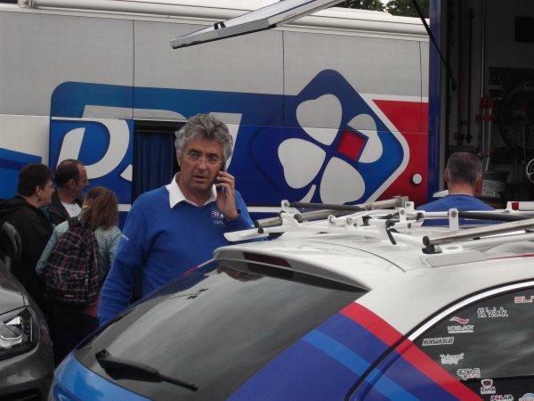 L'équipe cycliste FDJ.fr sur le parking de l'arrivée du 100 ème Liège - Bastogne - Liège !...