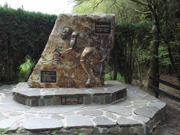 Images de Belgique : La stèle « Eddy MERCKX, Champion cycliste du 20 ème siècle », dans la Côte de Stockeu, à Stavelot !...