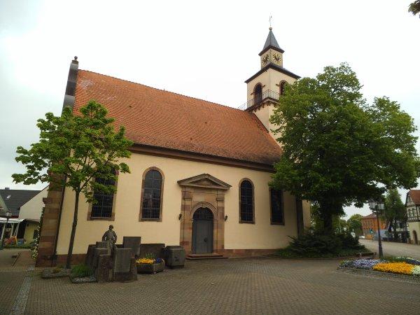 Images d'Allemagne : L'église d'Auenheim et son monument aux morts !...