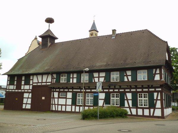 Images d'Allemagne : Une maison à colombages avec son nid à cigognes située juste à côté de l'église d'Auenheim !...