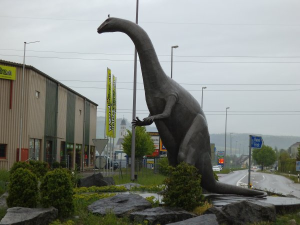 Images de Suisse : Un dinosaure dans un rond-point à l'entrée de Frick !...