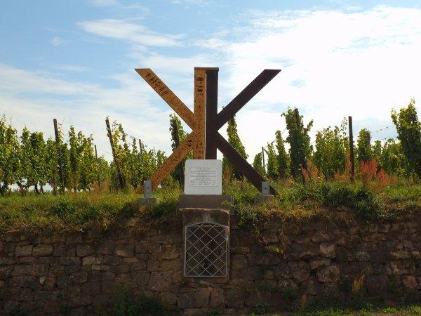 Images du Haut-Rhin : Le double « K » représenté en K bicéphale du Kaefferkopf d'Ammerschwihr
