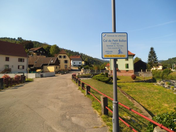 Images du Haut-Rhin : Les panneaux indiquant le sommet du Col du Petit Ballon !...