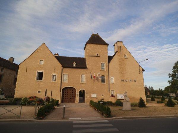 Images de Saône-et-Loire : La mairie de Laives !...