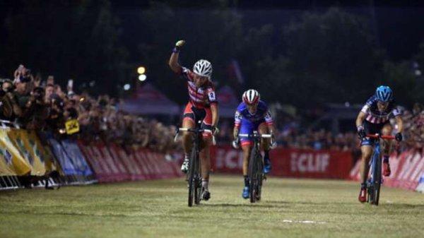 Wout van Aert et Sophie de Boer remportent la 1 ère manche de la Coupe du Monde de Cyclo-Cross, à Las Vegas, aux Etats-Unis d'Amérique !...