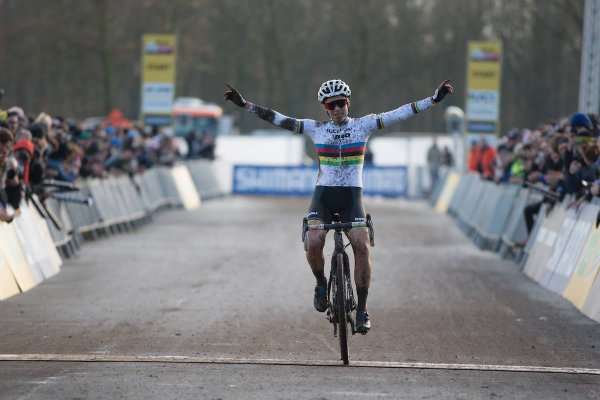 Wout van Aert et Sanne Cant remportent la 5 ème manche de la Coupe du Monde de Cyclo-Cross, à Zeven, en Allemagne !...