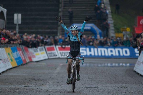 Wout van Aert et Evie Richards remportent la 6 ème manche de la Coupe du Monde de Cyclo-Cross, à Namur, en Belgique !...