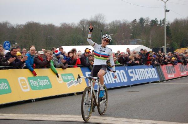 Mathieu van der Poel et Sanne Cant remportent la 9 ème et dernière manche de la Coupe du Monde de Cyclo-Cross, à Hoogerheide, aux Pays-Bas !...