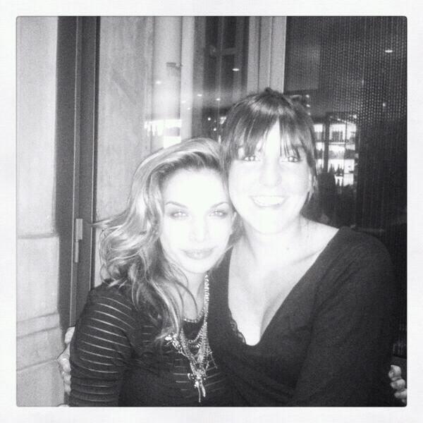 Mon amie d'enfance qui est avec moi à Paris