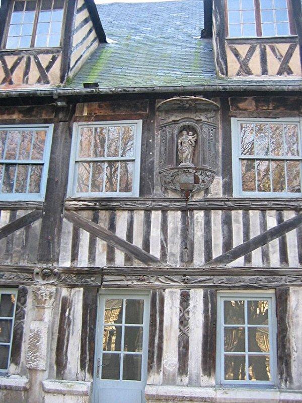 Lieux Insolites _ _ Aître Saint-Maclou (Rouen)