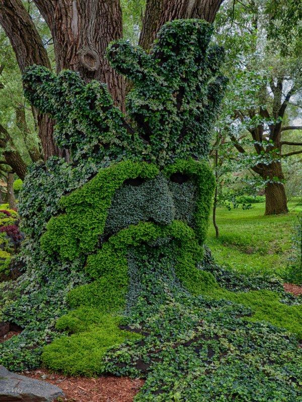 Des sculptures végétales monumentales installées dans les jardins de Montreal