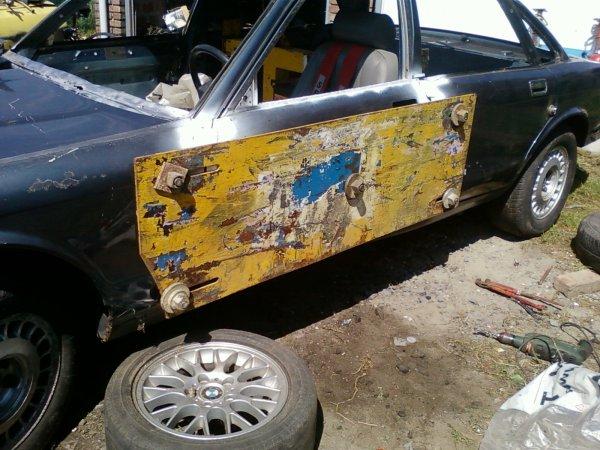 peinture moteur +pose plaque de portiere + couper les ailes arrieres