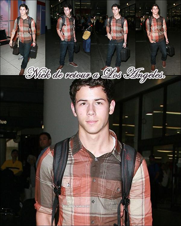 09.Juin.2011 – .  Nick a été aperçu à LAX après son petit voyage a New York.
