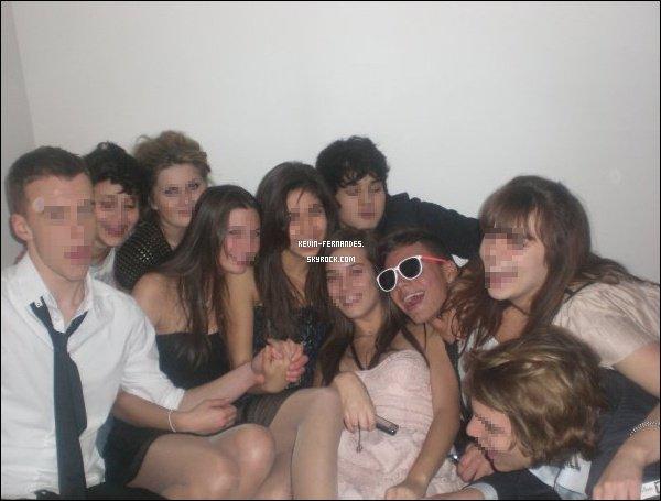 Kevin en soirée avec des amis.