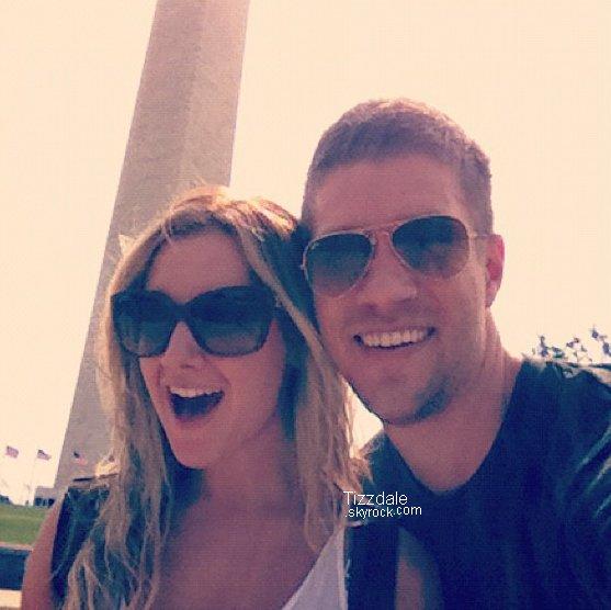 11 AOÛT 2012 - Le couple s'est rendu à Washington. Ils ont prit cette photo devant le Washington Monument.