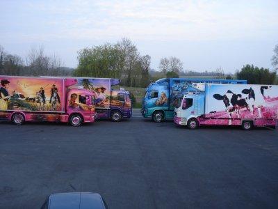 une petite photo ou il y a que les camions décorés !!!