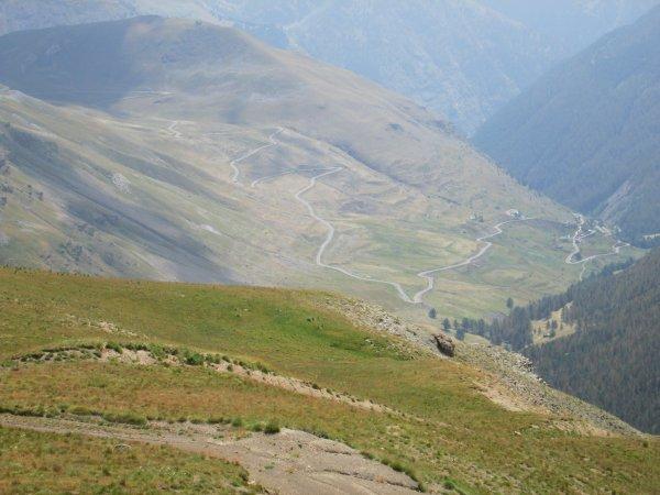 Les couleurs du club en haut du Col de la Bonette
