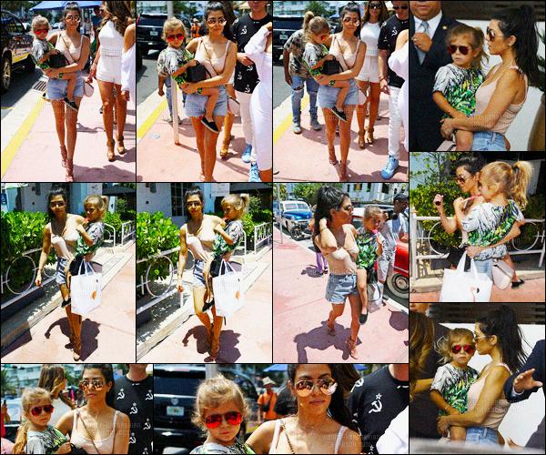 - 23/04/16 - Kourtney Kardashian a été photographiée alors qu'elle faisait du shopping, dans la ville à Miami.La magnifique brunette été donc accompagné de sa soeur, Kim Kardashian, et de sa fille. Sa tenue est très simple, mais je l'a trouve très jolie, top !-