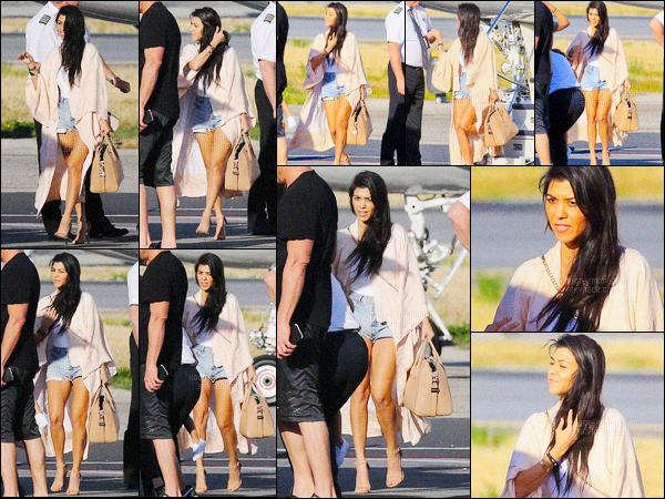 - 24/04/16 - Kourtney Kardashian a été photographiée pendant qu'elle était dans une église, dans Wynwood.La magnifique brunette été donc accompagné de sa fille, Penelope. Plus tard dans la journée, Kourtney a été photographiée arrivant à Los Angeles.-