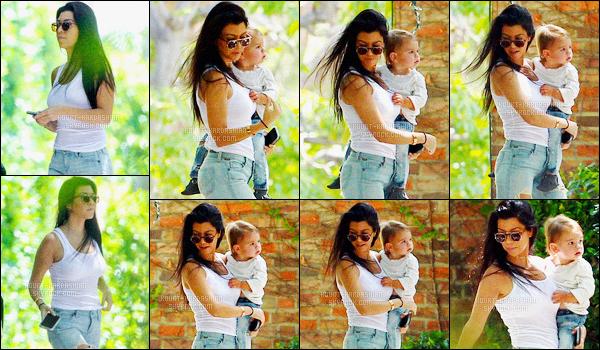 - 28/04/16 - Kourtney Kardashian a été aperçue, alors, qu'elle quittait le domicile d'une amie, à Los Angeles.La magnifique brunette été donc accompagné de sa fille, Penelope. Plus tard dans la journée, Kourtney a été vue quittant un studio à Los Angeles.-