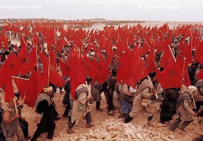 """تعد المسيرة الخضراء إحدى المسيرات الشعبية التي تم الترويج لها على نحو جيد والتي حظيت بأهمية بالغة. ففي السادس من نوفمبر عام1975، تجمع 350000 من المغاربة في مدينة طرفاية الواقعة جنوب المغرب منتظرين إشارة بدء المسيرة من الملك حسن الثاني لعبور الصحراء المغربية. وقد لوح المتظاهرون بالأعلام المغربية ولافتات تدعو إلى """"عودة الصحراء المغربية"""" وصور لملك المغرب وبالقرآن الكريم. كما اتُخذ اللون الأخضر لوصف هذه المسيرة كرمز للإسلام"""