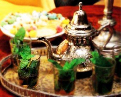 الشاي المغربي المنعنع هو رمز الترحاب وحسن الضيافة، ذلك انه أول ما يقدم للضيوف، ويشرب ساخنا دلالة على حرارة الاستقبال ودفء المودة. وتتنوع طرق إعداده هو الآخر من منطقة إلى أخرى، وكثيراً مايصب لك من فوق وعلى مسافة عالية تـثـير الانتباه والإعجاب.