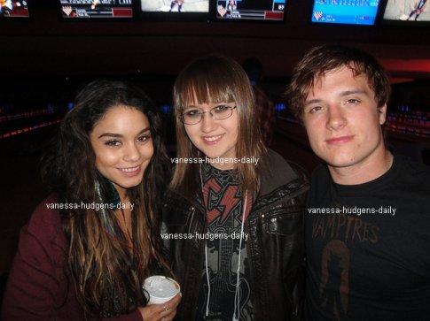 Découvre deux photos de Vanessa,Sarah et Josh Hutcherson au Bowling