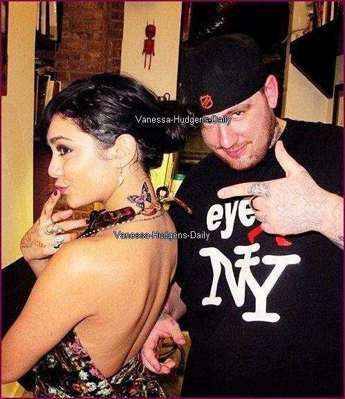 Vanessa Posant avec la personne qui la tatouer,Tu en pense quoi ? :)