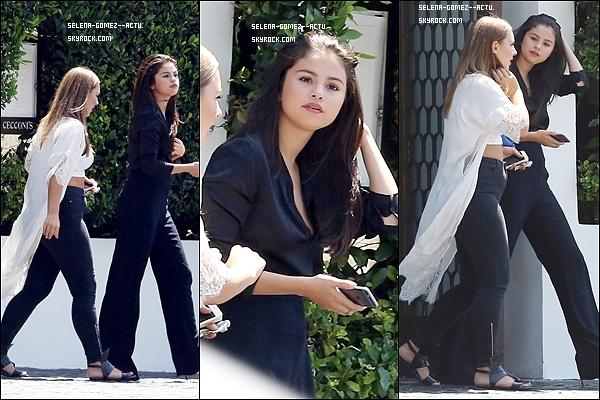 Le 16 Août 2015 Selena s'est rendue auxJennifer Klein's Day Of Indulgence Summer Party. Aujourd'hui avait également lieu les Teen Choice Awards, mais Selena n'y est pas allée pour la première fois depuis plusieurs années, ce qui me désole un peu à vrai dire x)