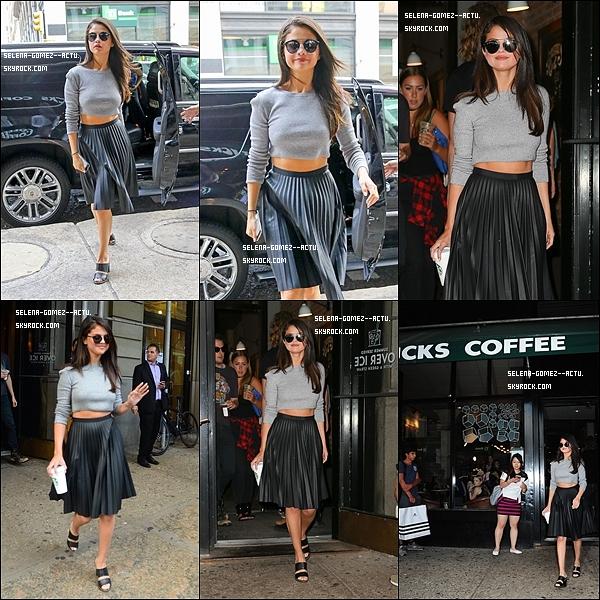 Le 19 Août 2015 c'est une très jolie et souriante Selena que nous retrouvons quittant son hôtel à Soho dans New York.