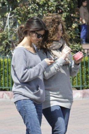 Samedi 09 avril, Selena a passée du temps avec sa famille, ils se sont rendus à Disneyland en Californie.