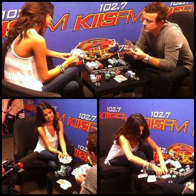 Le 19 Avril : Selena a assisté à la station de radio Kiss FM, qui a donné une interview et a joué au poker avec la tête