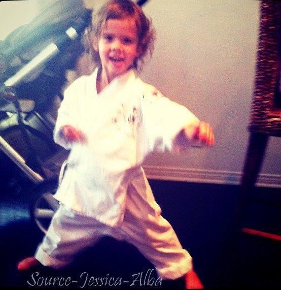 Mardi 27 Septembre2011 : Jessica sortant d'un rendez-vous professionnel .