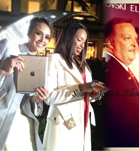 """Lundi 21 Novembre  2011 : Jessica & Honor quittant le restaurant """" Le Pain Qotidien """" dans Beverly Hills. Le soir , Jessica & Cash se sont rendus à l'ouverture du magasin Swarovski sur Rodeo Drive."""