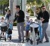 """Lundi 2 Avril 2012 : Toute la petite famille ont été prendre le petit déjeuner au restaurant '"""" Le Pain qotidien """" . Ensuite Jessica a emmenée ses filles au parc."""
