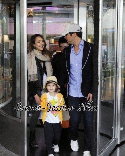 Mardi 24 Avril 2012 : Jessica , Cash , Honor & Haven se promemant dans Séoul . Puis quittant la corée .