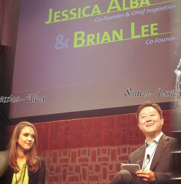 Jeudi 26 Avril 2012 : Jessica allant dans un building pour la conférence Ypoedge.