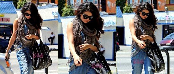 Selena garde la tête baissée vendredi après-midi à Los Angeles...