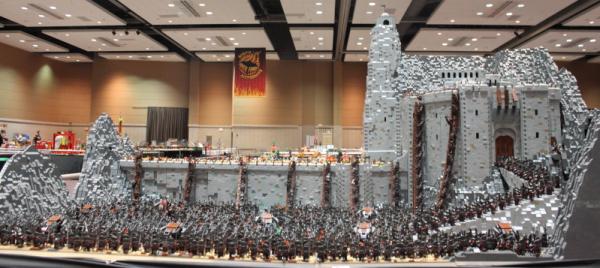 Il aura fallu 4 mois à Rich-K et Big J pour reproduire la scène mythique en utilisant près de 150,000 briques Lego et 1700 figurines. Le tout pèse près de 80 kilos et occupe la place d'une taille de ping-pong.